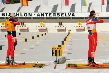 Tandra de tiro de pie en una competición de biatlón (Biathlon)