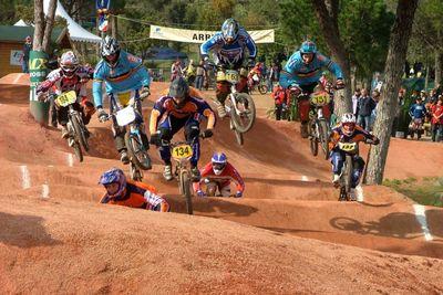 En BMX Race 8 ciclistas compiten por un carril predefinido