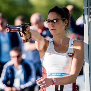 El tiro con pistola integra, junto con la carrera de cross country, la prueba combinada de pentatlón moderno