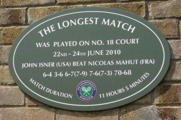 Placa conmemorativa del partido de tenis más largo hasta el momento