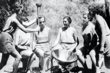 Imagen del primer encendido de la Historia de la Antorcha Olímpica.