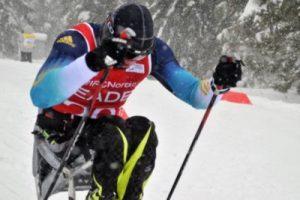 El sit-ski es una silla con esquís acoplados que permite practicar esquí nórdico y biatlón a personas sin movilidad en las piernas