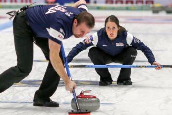 En Curling Dobles Mixtos los equipos están compuestos por 2 personas, un hombre y una mujer
