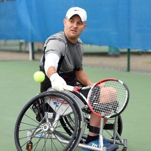 Compiten en Quad (Mixtos) de tenis en silla de ruedas, tenistas con disfución en, al menos, 3 extremidades