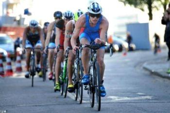 Grupo de triatletas practicando drafting durante el segmento de ciclismo