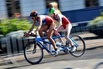 Paratriatlón. Los atletas con discapacidad visual utilizan tandem durante la prueba de ciclismo