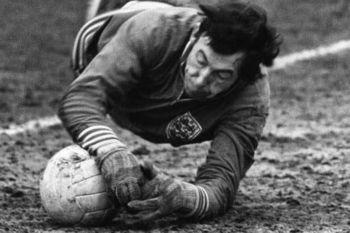 Gordon Banks usó los primeros guantes de portero específicos para ese uso