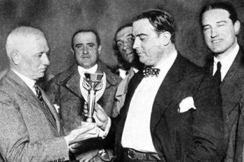Entrega del trofeo en Uruguay 1930