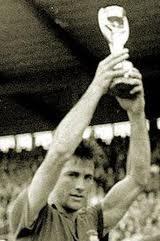 Hilderaldo Bellini inició la tradición de levantar el trofeo tras la victoria