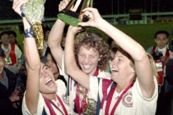 Estados Unidos celebrando la victoria de la Primera Copa Mundial Femenina de Fútbol de la HIstoria
