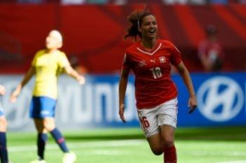Fabienne Humm celebrando uno de sus tres goles contra Ecuador en el primer Hack Trick de la Historia del Mundial Femenino de Fútbol