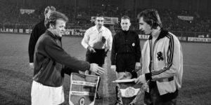 Johan Cruyff saludando a Billy Bremmer al inicio de un partido