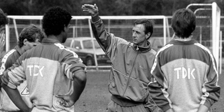 Johan Cruyff dando indicaciones durante un entrenamiento con el Ajax