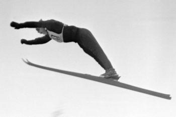 Sepp Bradl durante un salto