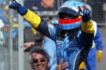 Fernando Alonso, primer español ganador de una carrera de F1, celebrando su primera victoria