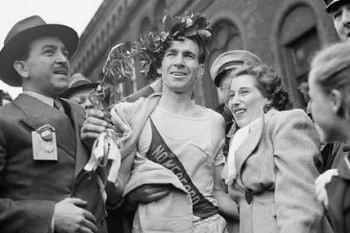 Ganador de la Maratón de Boston con la corona de olivo como único premio.
