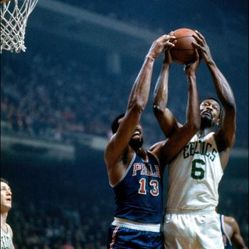 Bill Russell (Boston Celtics) luchando un rebote contra Wilt Chamberlain (Philadelphia 76ers)