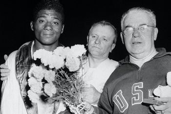 Floyd Patterson celebrando su medalla olímpica en Helsinki 1952