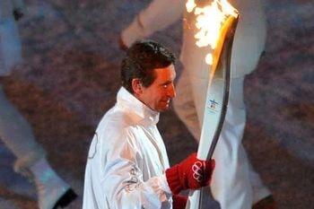 Wayne Gretzky llevando la Antorcha Olímpica de Vancouver 2010