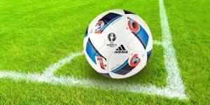 Balón de fútbol en la línea de córner