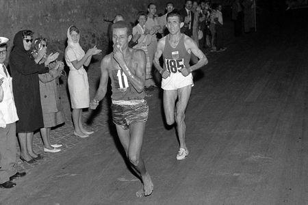 Abebe Bikila durante la última parte de la maratón olímpica Roma 1960