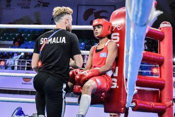 Boxeador y entrenador en su esquina del cuadrilatero