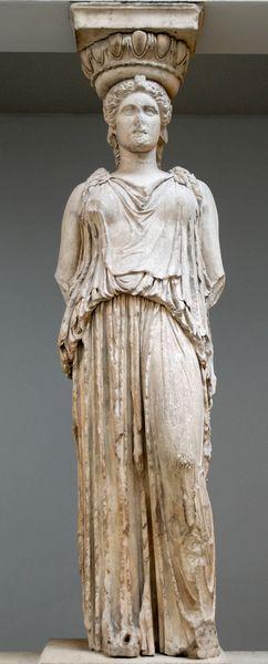 Base de columna que representa a una mujer que viste un peplo