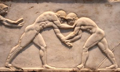 Relieve con un combate de lucha en la Grecia Antigua