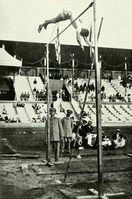 Salto con Pértiga en 1912 donde se aprecia que el saltador cae directamente en el suelo, se pie.