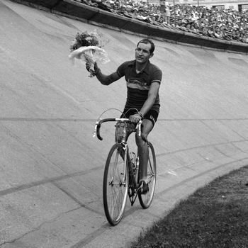 Gino Bartali celebrando su victoria en el Tour de Francia 1948