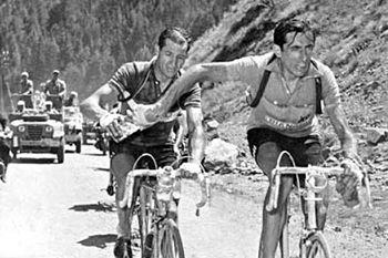Gino Bartali y Fausto Coppi compartiendo una botella de agua