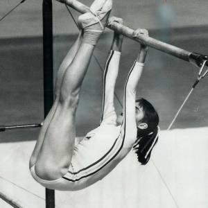 Nadia Comăneci durante su ejercicio de Barras Asimétricas en Montreal 1976