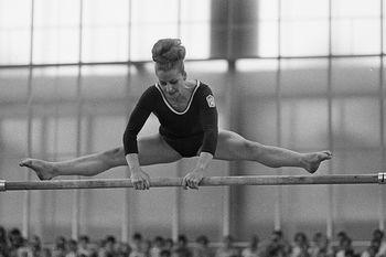 Věra Čáslavská en un ejercicio de asimétricas