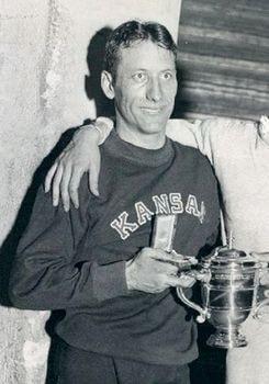 Glenn Cunningham recogiendo un premio en 1933