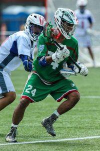 Jugador de Lacrosse, totalmente equipado, durante un partido