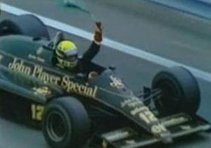 Ayrton Senna con la bandera de Brasil, tras ganar el GP Detroit 1986