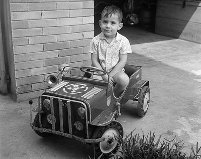 Ayrton Senna, de niño, en el coche que le fabricó su padre