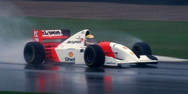 Senna durante una carrera con lluvia en 1993