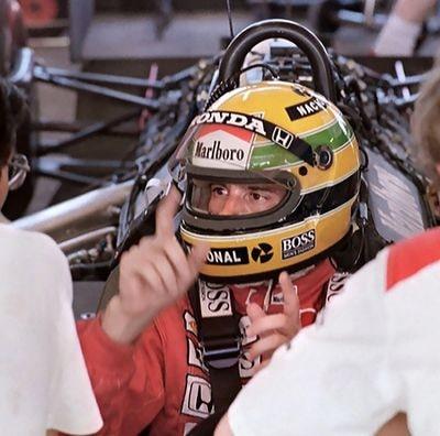 Ayrton Senna dentro de su McLaren durante la temporada 1988