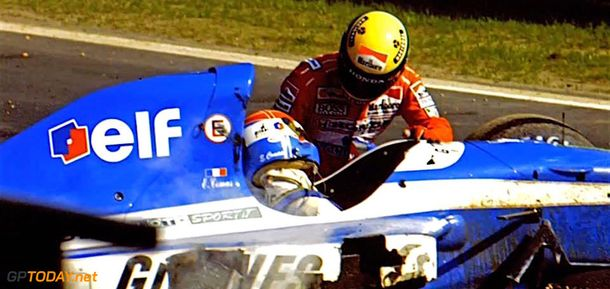 Senna atendiendo a Erik Comas tras su accidente