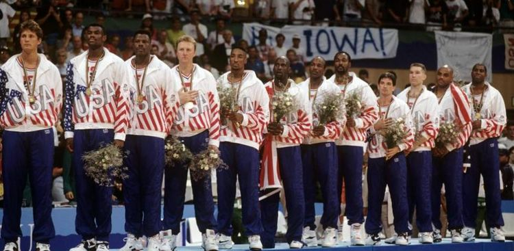El equipo de baloncesto de Estados Unidos en el podio de Barcelona 92