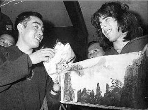 Zhuang Zedong y Glenn Cowan durante su intercambio de regalos