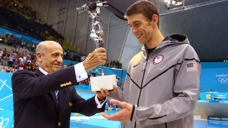 Michael Phelps recibiendo el trofeo de la FINA que le acredita como nadador olímpico más condecorado