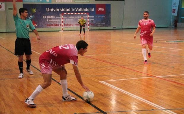 Jugador preparándose para un saque de banda en un partido de futsal