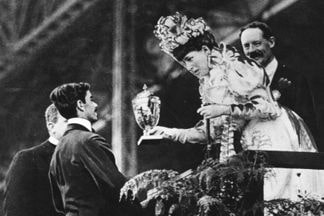 La Reina Alejandra entrega una copa a Dorando Pietri