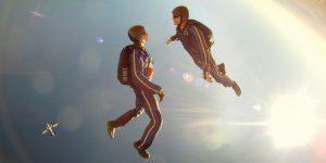 2 personas saltando en paracaidas