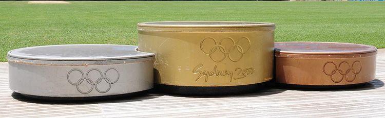 Podio Olímpico Sydney 2000, con plataformas simulando la forma y colores de las medallas.